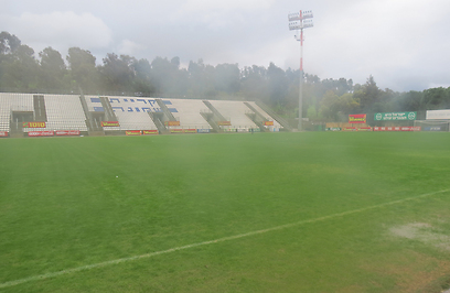 שלוליות וערפל. האצטדיון בקריית שמונה, הבוקר (צילום: שמעון אלבז) (צילום: שמעון אלבז)
