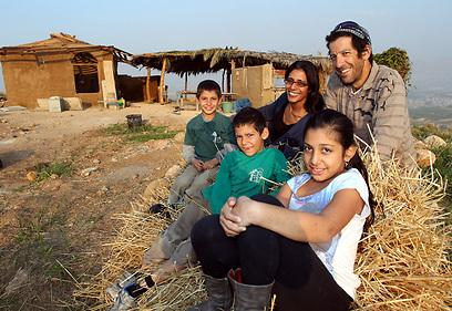 """""""ההורים שלי ירוקים בלי שידעו"""". משפחת אשל (צילום: גיל נחושתן) (צילום: גיל נחושתן)"""