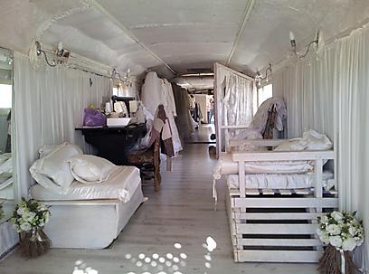 """האוטובוס הישן הפך לסלון לשמלות כלה. בתוך """"בוטיק עתיק"""" (צילום: זיו ריינשטיין) (צילום: זיו ריינשטיין)"""