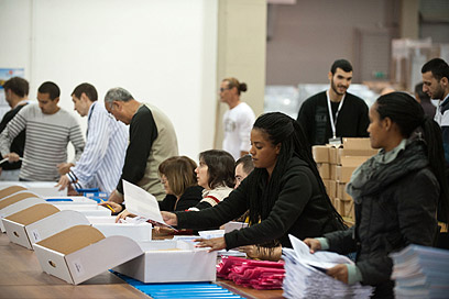 עובדים מכינים את הקופסאות ובהן הרשימות, הפרוטוקולים והמעטפות (צילום: בני דויטש) (צילום: בני דויטש)