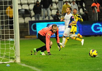 דני עמוס משקיף על כדור שנבעט לשערו (צילום: אפי שריר) (צילום: אפי שריר)