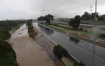 נתיבי איילון חסומים בעקבות הגשמים (צילום: עופר עמרם) (צילום: עופר עמרם)