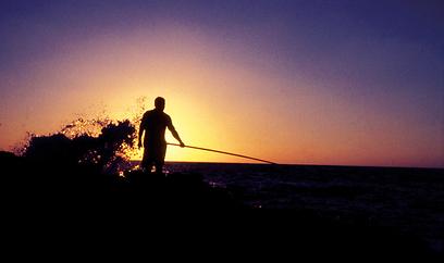 הדיג מותר בחכות ידניות בלבד. דיג בחוף אכזיב (צילום: יניב אלון, טבע הדברים) (צילום: יניב אלון, טבע הדברים)