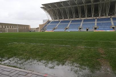 איצטדיון המושבה מוצף במים (צילום: אורן אהרוני) (צילום: אורן אהרוני)