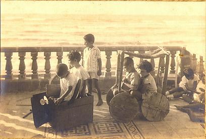 """משחקי """"כאילו"""", הגן של ברכה בת נשר, 1926 (צילום: באדיבות הארכיון לחינוך יהודי בישראל ובגולה)"""