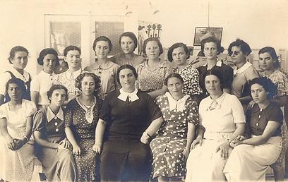 המחזור הראשון של הסמינר לגננות בארץ, בניהולה של חסיה פינסוד-סוקניק (צילום: באדיבות הארכיון לחינוך יהודי בישראל ובגולה)