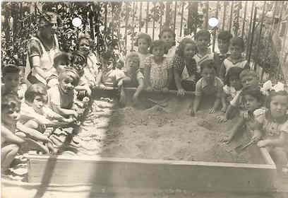 ארגז החול. עדיין חלק חשוב בגן הילדים (צילום: באדיבות הארכיון לחינוך יהודי בישראל ובגולה)