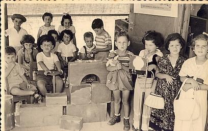 הגננות מצאו פריטים ישנים שנזרקו - והביאו אותם לגן (צילום: באדיבות הארכיון לחינוך יהודי בישראל ובגולה)