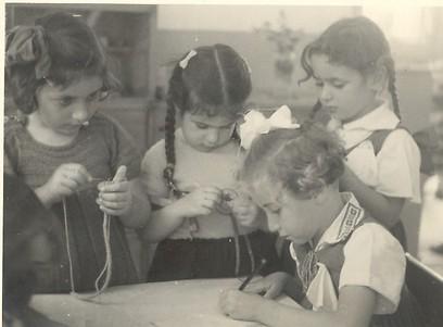 יצירה בגן. חשובה לא פחות (צילום: באדיבות הארכיון לחינוך יהודי בישראל ובגולה)