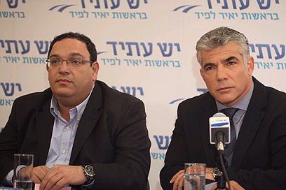 יאיר לפיד והרב שי פירון במסיבת העיתונאים (צילום: מוטי קמחי) (צילום: מוטי קמחי)