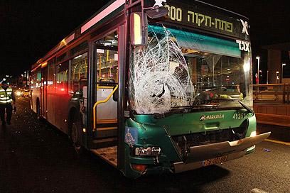 אוטובוס בדרך ז'בוטינסקי בפתח-תקווה: בעיה חמורה במיוחד (צילום: עופר עמרם) (צילום: עופר עמרם)