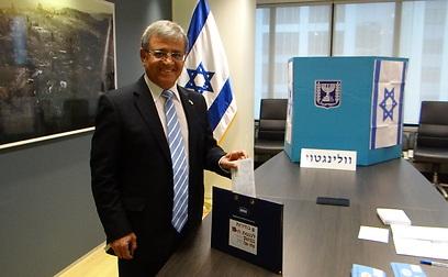 שגריר ישראל בניו זילנד, שמי צור, מצביע בוולינגטון (צילום: באדיבות משרד החוץ) (צילום: באדיבות משרד החוץ)