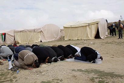 מתפללים בבאב אל שמס (צילום: אוהד צויגנברג) (צילום: אוהד צויגנברג)