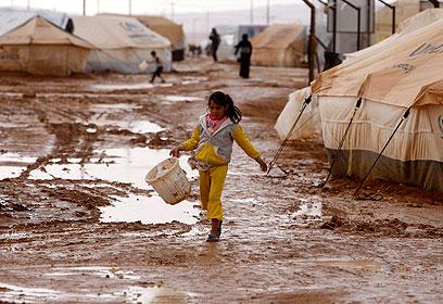 """גברים ערבים מבקשים להיכנס למחנה """"למצוא כלה"""" (צילום: EPA)"""
