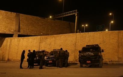 מחסום משטרתי באזור המאחז. מונע כניסת עיתונאים (צילום: אוהד צויגנברג) (צילום: אוהד צויגנברג)