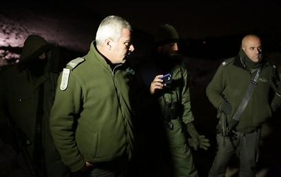 """שוטרי מג""""ב באזור המאחז, הלילה (צילום: אוהד צויגנברג) (צילום: אוהד צויגנברג)"""