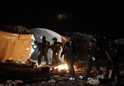 כוחות הביטחון בין האוהלים במאחז (צילום: רויטרס) (צילום: רויטרס)