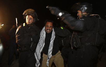 אחד הפלסטינים מורחק מהמקום (צילום: רויטרס) (צילום: רויטרס)