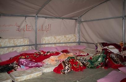 בתוך אחד האוהלים. הם נשארו עומדים בינתיים (צילום: אוהד צויגנברג) (צילום: אוהד צויגנברג)