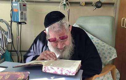 הרב עובדיה יוסף מתאושש בבית החולים  ()
