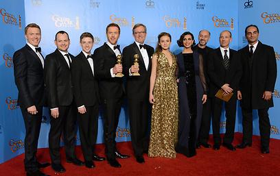 """עושים כבוד ל""""הומלנד"""". גלובוס הזהב בידיהם, שוב (צילום: AP) (צילום: AP)"""