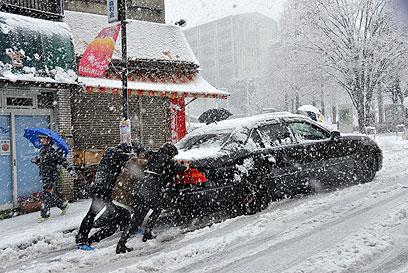 כלי רכב תקועים בשלג (צילום: AFP)