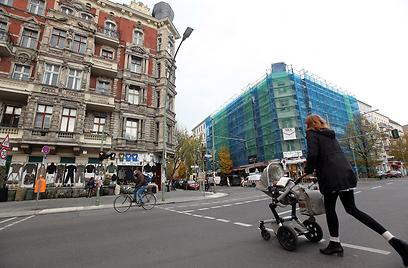 """מרחק יריקה מה""""מיטֶה"""". רחוב בשכונת פרנצלואר ברג (צילום: Gettyimages) (צילום: Gettyimages)"""