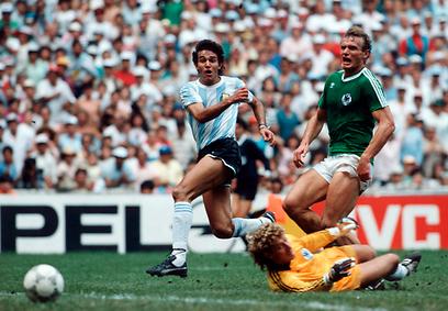בורוצ'אגה כובש מול גרמניה ב-86'. היה מעורב בשערורייה בולנסיין (צילום: Gettyimages) (צילום: Gettyimages)
