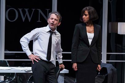 """עם אסתר רדא על הבמה. """"אם מסירים את החרא, המחלה לא תחזור"""" (צילום: ז'רר אלון) (צילום: ז'רר אלון)"""