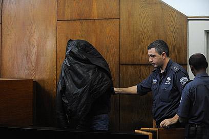 """הנאשמת הסתתרה, היום בדיון בבית המשפט בת""""א (צילום: בני דויטש) (צילום: בני דויטש)"""