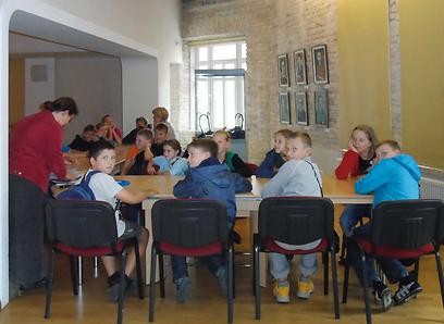 """ילדי בי""""ס במוזאון לומדים במוזיאון הגאון מווילנה (צילום:  עמרי גלפרין, טבע הדברים) (צילום:  עמרי גלפרין, טבע הדברים)"""