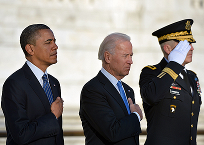 הנשיא וסגנו בטקס בבית העלמין ארלינגטון (צילום: AFP) (צילום: AFP)