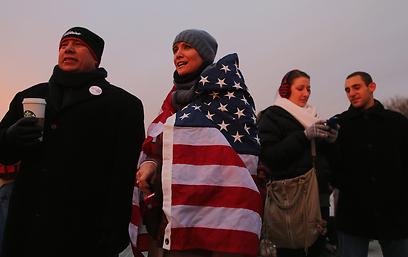 אמריקנים שהשכימו קום לתפוס מקומות טובים (צילום: AFP)