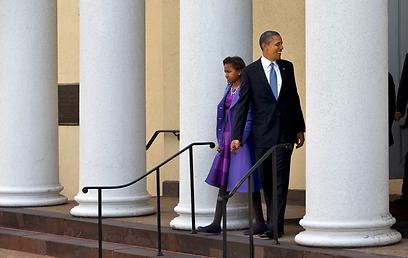 אובמה ובתו סשה יוצאים מהכנסייה (צילום: AP)
