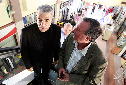 Yair Lapid rallied at Ashkelon mall (Photo: Reuters)
