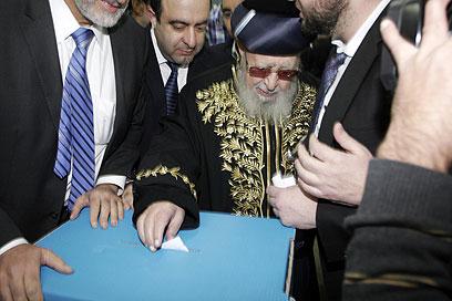 הרב עובדיה יוסף מצביע ב-2013 (צילום: אליעד לוי)