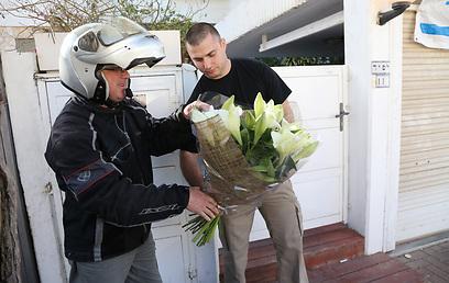 """משלוח פרחים שהגיע לביתו של לפיד (צילום: שאול גולן, """"ידיעות אחרונות"""") (צילום: שאול גולן,"""