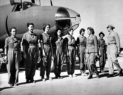 הטייסת ננסי הרקנס לאב סוקרת את הטייסות האזרחיות שהתנדבו, 1942 (צילום: AP) (צילום: AP)