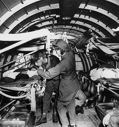 האחות מיי אולסון מטפלת בפצוע מוטס ב-1943 (צילום: AP) (צילום: AP)