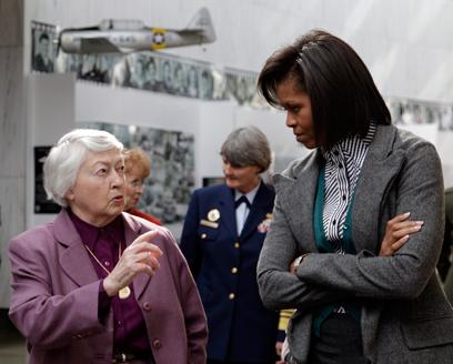 """אובמה בחברת בריגדיר גנרל ואוט. """"הציבור האמריקני התמודד"""" (צילום: AP) (צילום: AP)"""