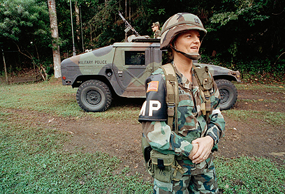 1990. קפטן לינדה בריי מהמשטרה הצבאית, האישה הראשונה שהובילה חיילים לקרב, פנמה (צילום: AP) (צילום: AP)