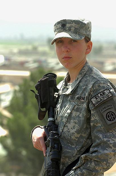 """הפרמדיקית מוניקה בראון באפגניסטן. השנייה לקבל את עיטור """"כוכב הכסף מאז מלחה""""ע השנייה (צילום: AP) (צילום: AP)"""
