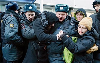 עימותים בהפגנה למען זכויות הומואים מול הפרלמנט בינואר (צילום: EPA) (צילום: EPA)