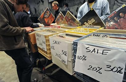 מבצעים והנחות, מפשפשים בערימות (צילום: AFP) (צילום: AFP)