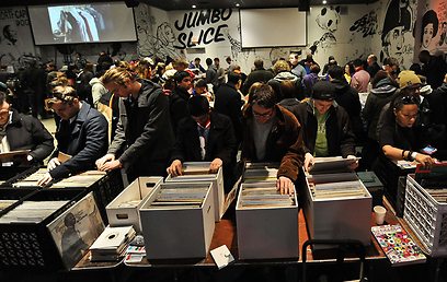 המונים פקדו שתי קומות של תקליטים למכירה (צילום: AFP) (צילום: AFP)