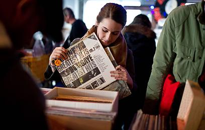 מחפשים ומוצאים מציאות. יריד התקליטים בוושינגטון הבירה  (צילום: AFP) (צילום: AFP)
