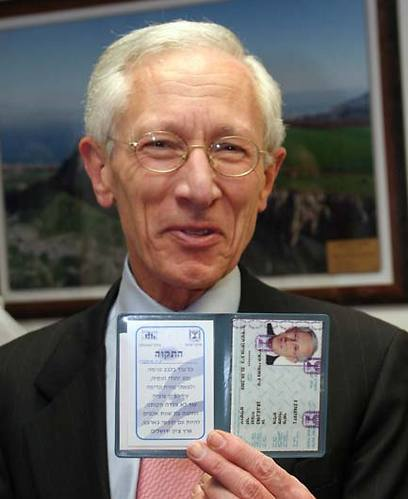 מאי 2005: עולה חדש - מקבל תעודת זהות ישראלית (צילום: ששון תירם) (צילום: ששון תירם)