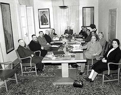 """הממשלה הראשונה, מאי 1949. יש מקום גם להתרווח (צילום: הוגו מנדלסון, לע""""מ) (צילום: הוגו מנדלסון, לע"""