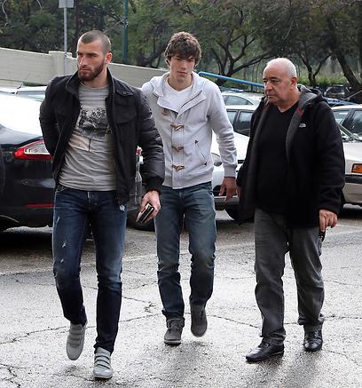 סדאייב וקדאייב בפתח משרדי ההתאחדות (צילום: עוז מועלם) (צילום: עוז מועלם)