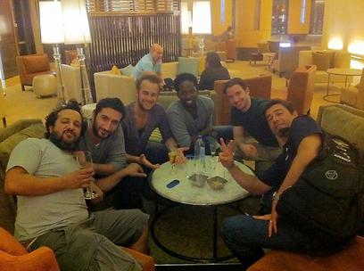 מתלוצץ עם שוביו. יואב לוי עם צוות השחקנים על בירה ()